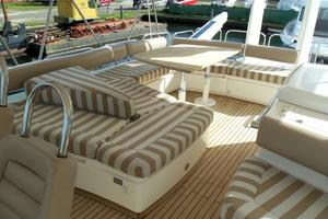74' Fairline Squadron 2007 FLYBRIDGE STARBOARD SIDE SEATING
