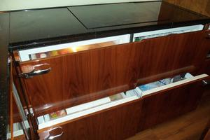 74' Fairline Squadron 2007 3 FRIDGE/1 FREEZER DRAWER