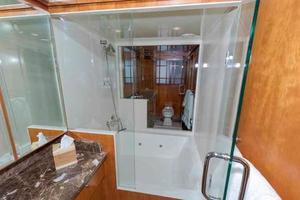96' Hargrave Capri Skylounge 2004 Center Shower/Jacuzzi
