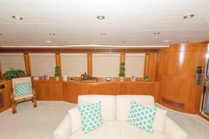 96' Hargrave Capri Skylounge 2004 Salon Looking to Starboard