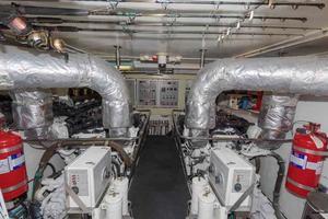 96' Hargrave Capri Skylounge 2004 Engine Room
