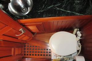 43' Hans Christian Traditional 1985 Head compartment