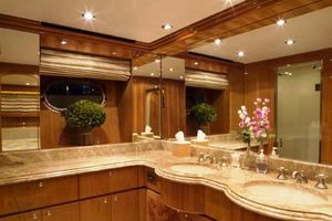 114' Hargrave Raised Pilothouse 2009 VIP en suite head