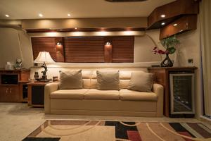56' Carver Voyager Sky Lounge 2006 Salon Lounge, Wine Cooler