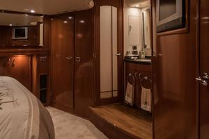 56' Carver Voyager Sky Lounge 2006 Master Vanity, Seperate Head & Shower/Tub