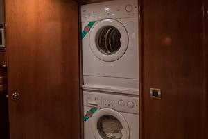 56' Carver Voyager Sky Lounge 2006 Master Stateroom Stackable Separate Washer and Dryer