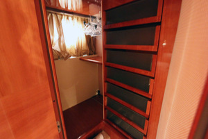 62' Azimut 62 Flybridge 2007 Master Hanging Locker