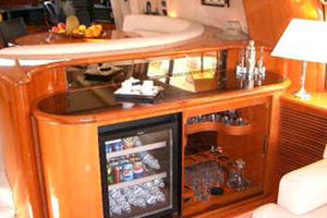 80' Sunseeker Manhattan 80 1999 Salon Wet Bar and Refrigerator