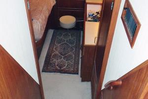 46' Dyna Double Cabin M/Y 1988 Entrance to Master