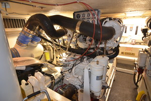 55' Hatteras 55 Convertible 2000 Engine room
