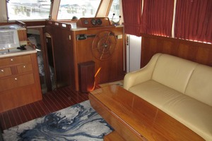 39' Mainship 390 Trawler 2001 Lower Helm And Seating