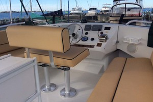39' Mainship 390 Trawler 2001 Flybridge Helm Area