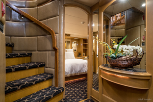115' Westport - Crescent Tri-deck Motoryacht 1994 FOYER
