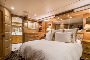 115' Westport - Crescent Tri-deck Motoryacht 1994 VIP STATEROOM