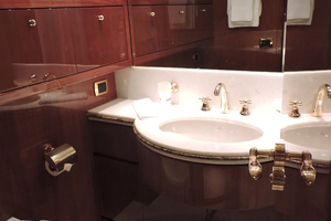 88' Sanlorenzo Sl88  2002 Twin stbd bathroom