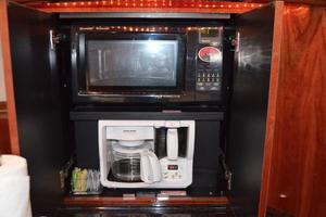 55' Sea Ray 550 Sundancer 2004 Microwave + Coffee Maker