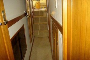 47' Bayliner 4788 Pilot House Motoryacht 1999 Hallway to Staterooms