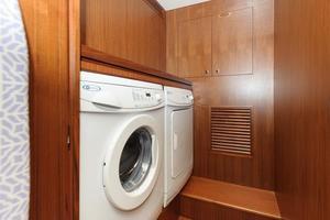 90' Ocean Alexander Skylounge Motoryacht 2012 Washer/Dryer
