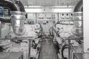 90' Ocean Alexander Skylounge Motoryacht 2012 Engineroom View