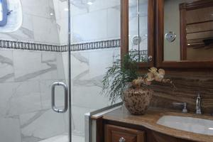 77' President Custom 750 Enclosed Bridge 2009 Master shower