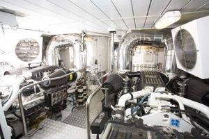 80' Azimut Carat 2005 Engine Room