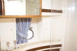 80' Azimut Carat 2005 Guest Bath