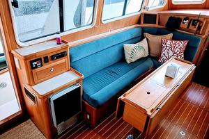 38' Pacific Seacraft Fast Trawler 2000 Saloon/Ice Maker