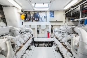 62' Pershing Express 2006 Engine Room
