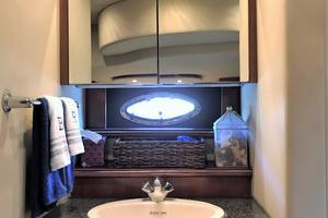 46' Cruisers Yachts 460 Express 2007 Master Vanity