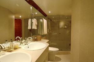 105' Heesen  1988 Master Bathroom