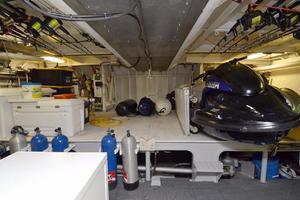 105' Heesen  1988 Garage