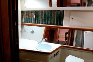 44' Carver 440 Aft Cabin Motor Yacht 1995 Guest-head