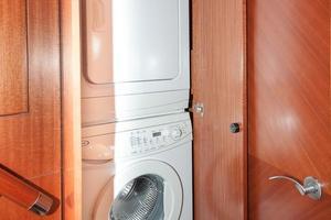 80' Ocean Alexander 80 Motoryacht 2010 Washer/dryer FWD