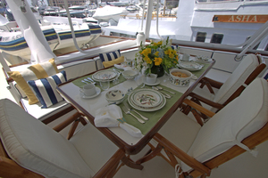 102' Palmer Johnson Cockpit Motoryacht 1980 Flybridge Dining Table