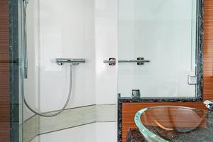 70' Ocean Alexander Evolution 2017 Master shower