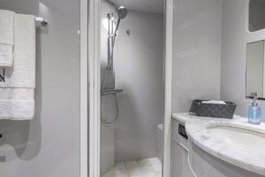 110' Horizon  2000 Master Bath