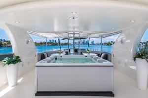 110' Horizon  2000 Flybridge Jacuzzi