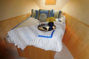 100' Broward Raised Pilothouse 2000 VIP Stateroom