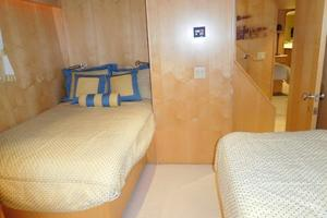 100' Broward Raised Pilothouse 2000 Port Twin Guest Stateroom