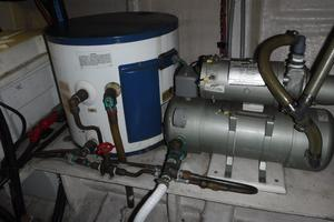 42' Grand Banks 42 Classic 1984 Water heater
