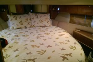 52' Viking Sport Cruisers 52 Flybridge 1998 Stateroom