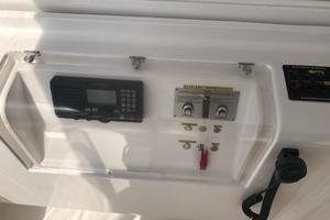 63' Bertram Convertible 2007 VHF Radio