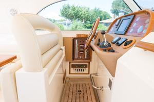 44' Mochi Craft 44 Dolphin 2008 Helm Seating UP