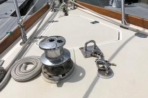 38' Sabre 38 MKII 1989 Manual anchor windlass