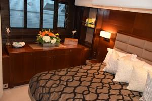 64' Princess Flybridge 2011 Master hullside windows