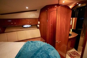 50' Cruisers Yachts 5000 Sport Sedan 1999 VIP Head Entry