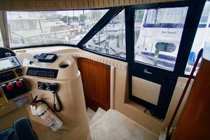 50' Cruisers Yachts 5000 Sport Sedan 1999 Helm Area Entry
