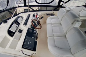 50' Cruisers Yachts 5000 Sport Sedan 1999 Helm Seating