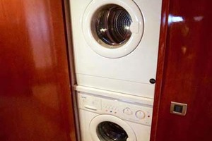 56' Carver 560 Voyager 2006 Washer/Dryer Combo