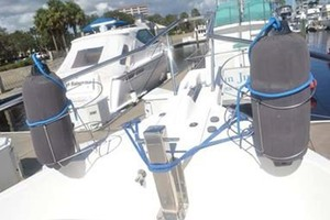39' Mainship 395 Trawler 2010 Foredeck
